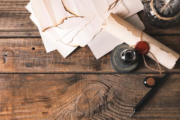 Перьевая ручка с бумагой и чернилами на столе
