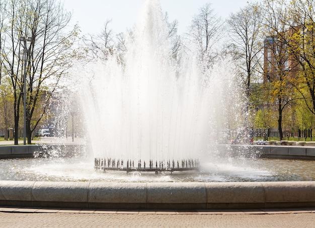 噴水通り。落下する水のスプレー