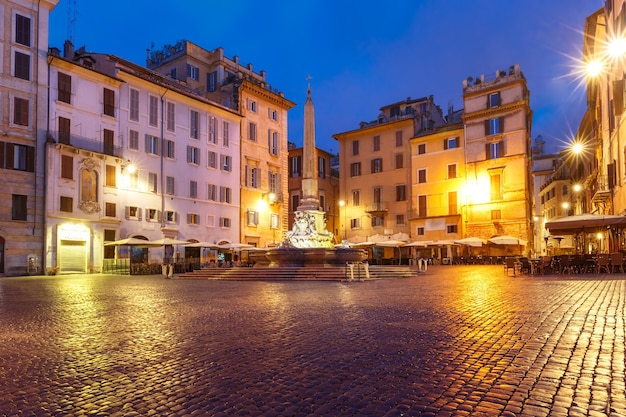 イタリア、ローマ、夜のロトンダ広場にあるオベリスクの噴水