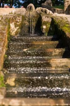 都市公園の階段のある噴水