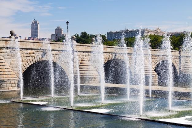 Фонтаны и мост через реку мансанарес в мадриде
