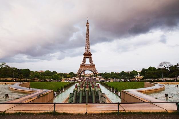 シャイヨ宮近くのトロカデロ広場にあるパリの噴水。ヨーロッパを旅する。フランスのアトラクション。エッフェル塔の上の灰色の空