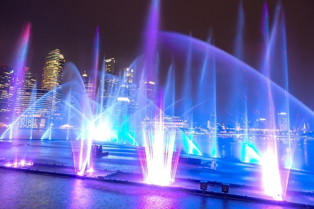 シンガポールのマリーナベイサンズ近くの夜の噴水レーザーショー