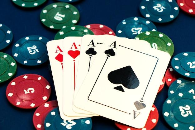 4 개의 에이스와 칩, 카드 게임, 테이블에있는 카드. 포커와 블랙 잭, 카드 놀이.