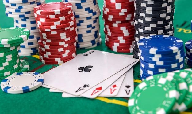 녹색 테이블에 포커 칩 4 개의 에이스 조합