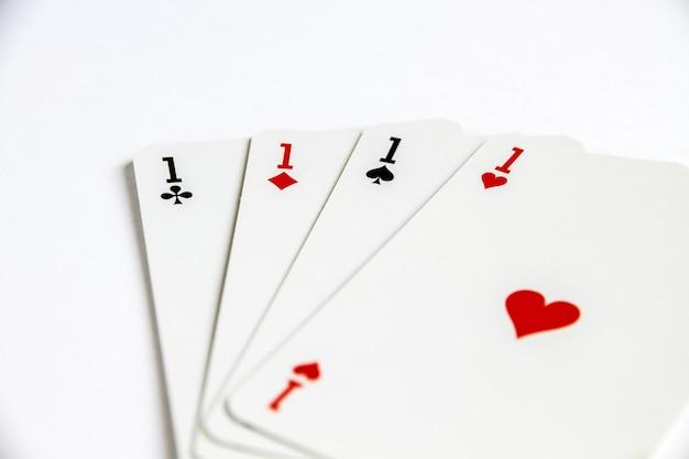Четыре туза, играя в карточную игру, изолированные на белом.