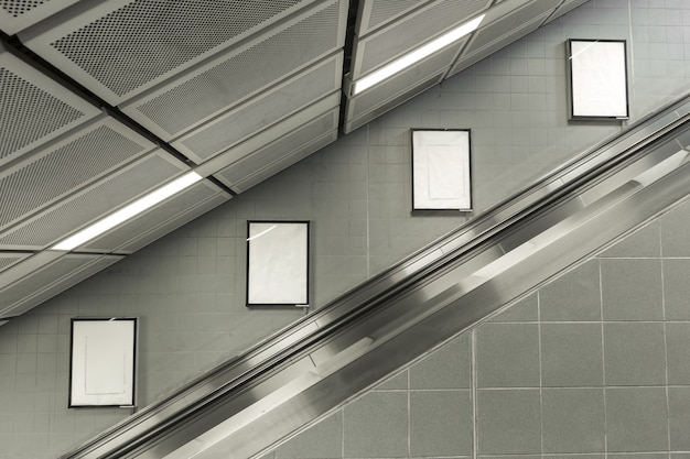 Четыре большой пустой рекламный щит на эскалаторе.