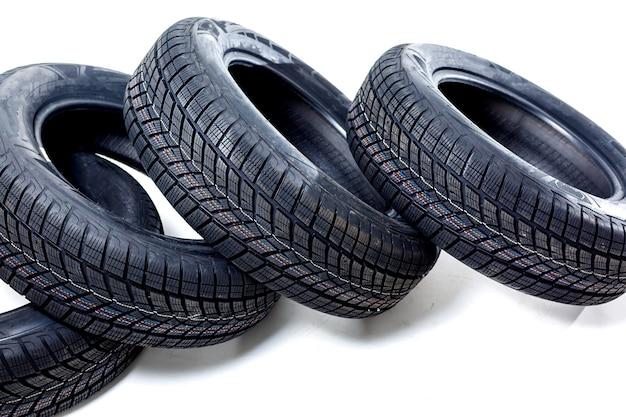 Четыре черные шины на белом фоне