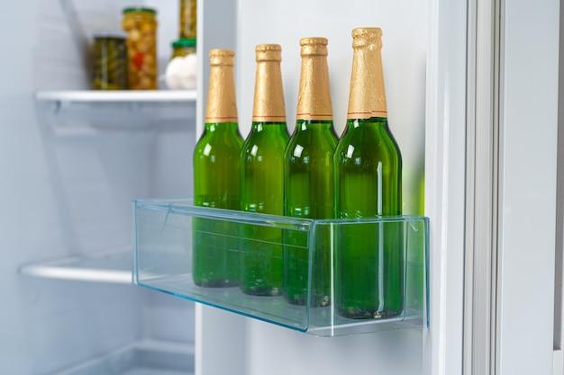 冷蔵庫の棚にビール4本