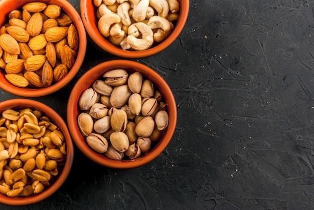異なるナッツの4つのボウル