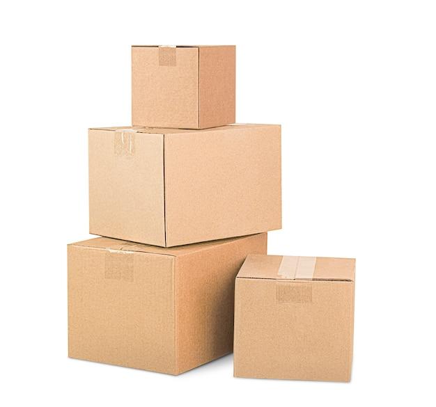 흰색 절연 더미에 쌓인 4개의 판지 상자