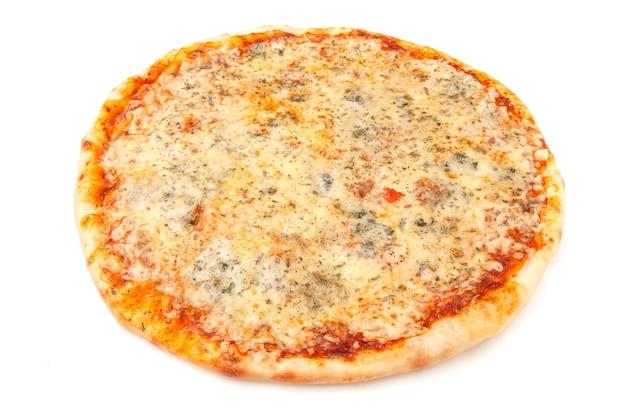 네 가지 치즈 피자. 모짜렐라, 고다, 파마산, 도르 블루. 흰색 배경. 외딴. 확대.