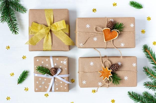 에코 종이에 싸인 4 개의 크리스마스와 새해 선물