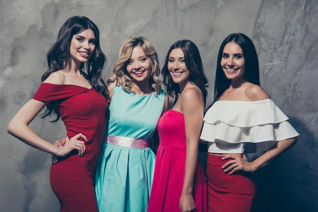 Четыре стильные элегантные дамы наслаждаются вечеринкой