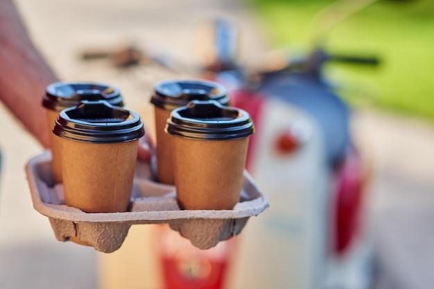 Четыре чашки кофе для доставки