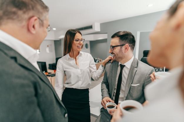 Четверо коллег в официальной одежде болтают и пьют кофе во время паузы. концепция корпоративного бизнеса.