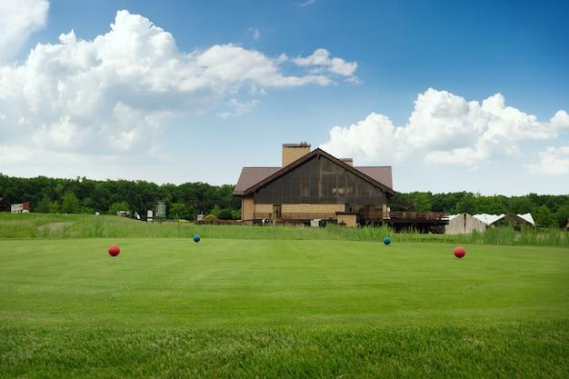 Четыре цветных мяча на поле для гольфа, стартовая площадка