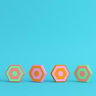Четыре красочные абстрактные шестиугольники на ярко-синем фоне в пастельных тонах