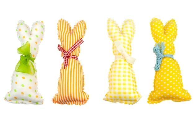 Четыре красочные яркие пасхальные кролики ручной работы, изолированные на белом фоне