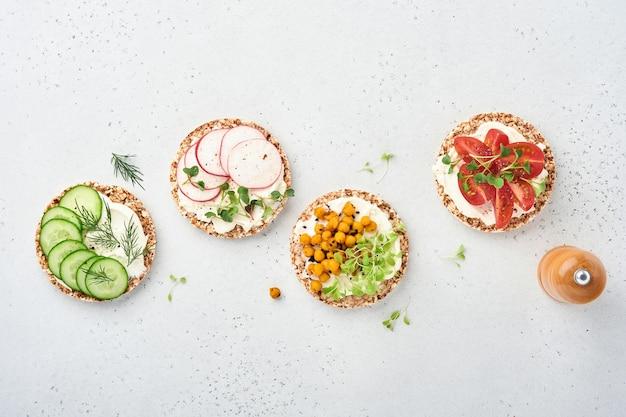 크림치즈, 무, 토마토, 병아리콩, 오이, 마이크로그린을 곁들인 바삭한 메밀빵 4종
