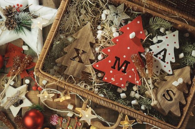 새겨진 문자 크리스마스와 크리스마스 장식품 4 장식 나무 크리스마스 트리