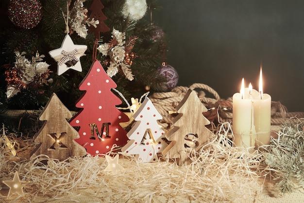 刻まれた文字のクリスマスとクリスマスの飾りと4つの装飾的な木製のクリスマスツリー