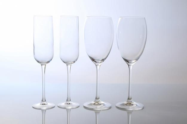 明るい表面に4つの空のワイングラス