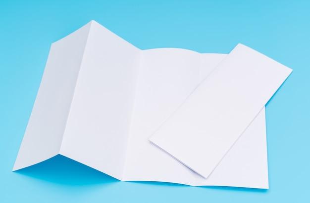 Четыре раза белый шаблон бумаги на синем фоне.
