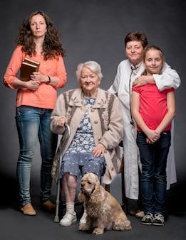 Четыре поколения женщин на темной стене