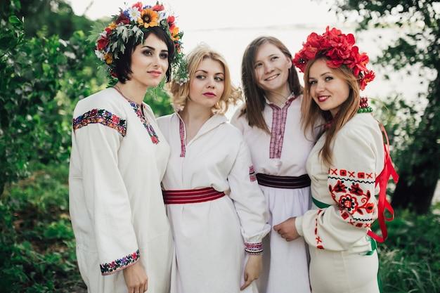 Четыре девочки, одетые в традиционную украинскую одежду и цветочный венок