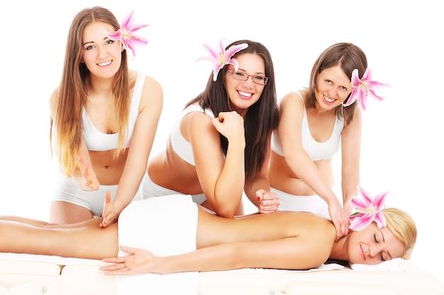 Четыре девушки с цветами и массажем на белом фоне