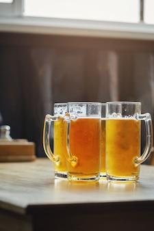 나무 테이블에 술집에서 라이트 맥주 4 잔