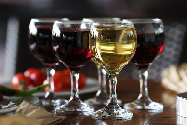 お祝いのテーブルにはグラス4杯のワインがあります。