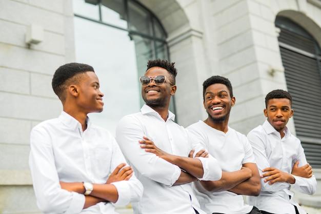 白いシャツの4つのハンサムな若いアフリカ人