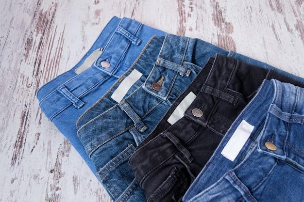 色違いのジーンズ4本、アソート。ファッショナブルなコンセプト。上面図