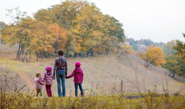 屋外の4人の少女