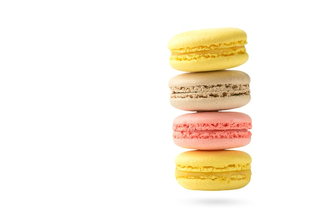 Четыре миндальное печенье, изолированные на белом фоне