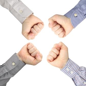 4 개의 남성 손을 서로 마주보고 주먹으로 움켜 쥐었다.