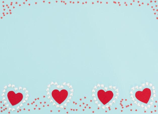 4 개의 빨간색 파란색 배경에 작은 진주 하트로 만든 마음 안에 마음을 느꼈다.