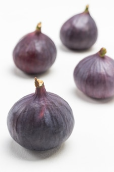 4つの熟した紫色のイチジク。白色の背景。上面図