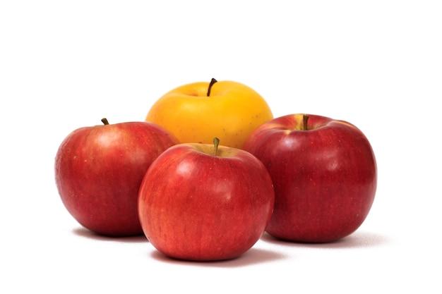 白い孤立した背景に4つの熟した赤と黄色のリンゴ。