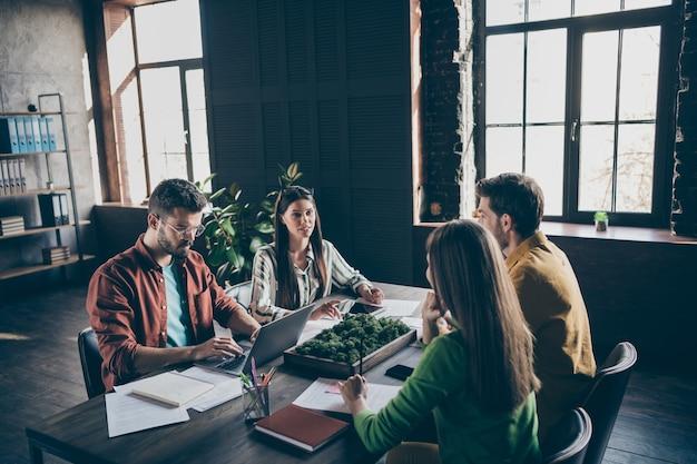 Четыре умных лидера, предприниматель, мужчина, женщина, собрались за столом