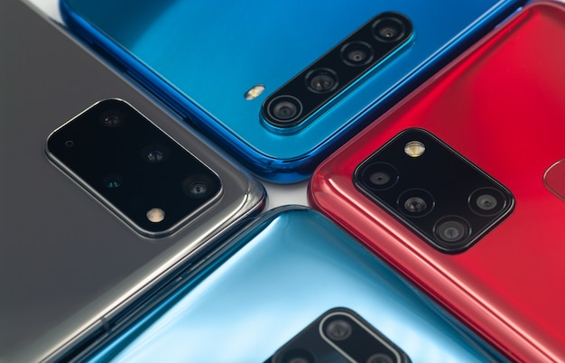 異なるカメラを搭載した4つのスマートフォン