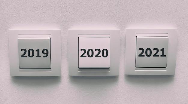 Четыре розетки на стене с номером 2019 2020 2021