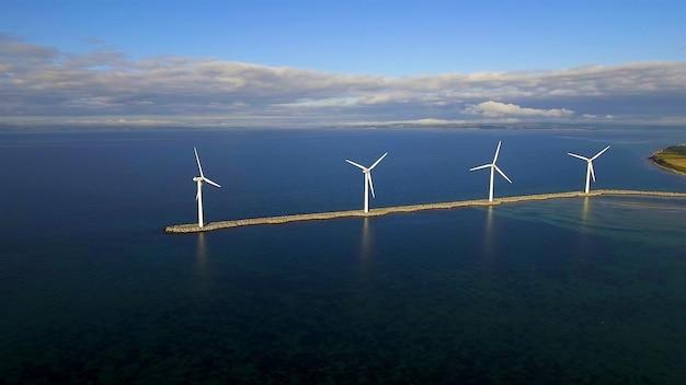 Четыре ветряные мельницы в пруду