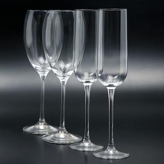 Четыре бокала на темном фоне крупным планом. посуда для напитков