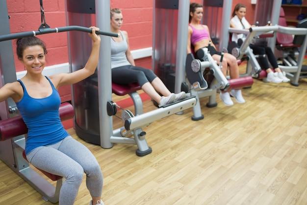 웨이트 머신 훈련 4 명의 여성