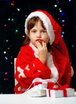 Четырехлетний ребенок в праздничном костюме санта-клауса рождество