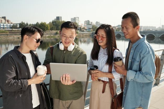 그물에서 일하는 4명의 젊은 중국 동료