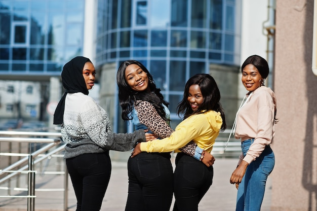 4人の若い大学のアフリカ系アメリカ人女性の友人が一緒に時間を過ごします。